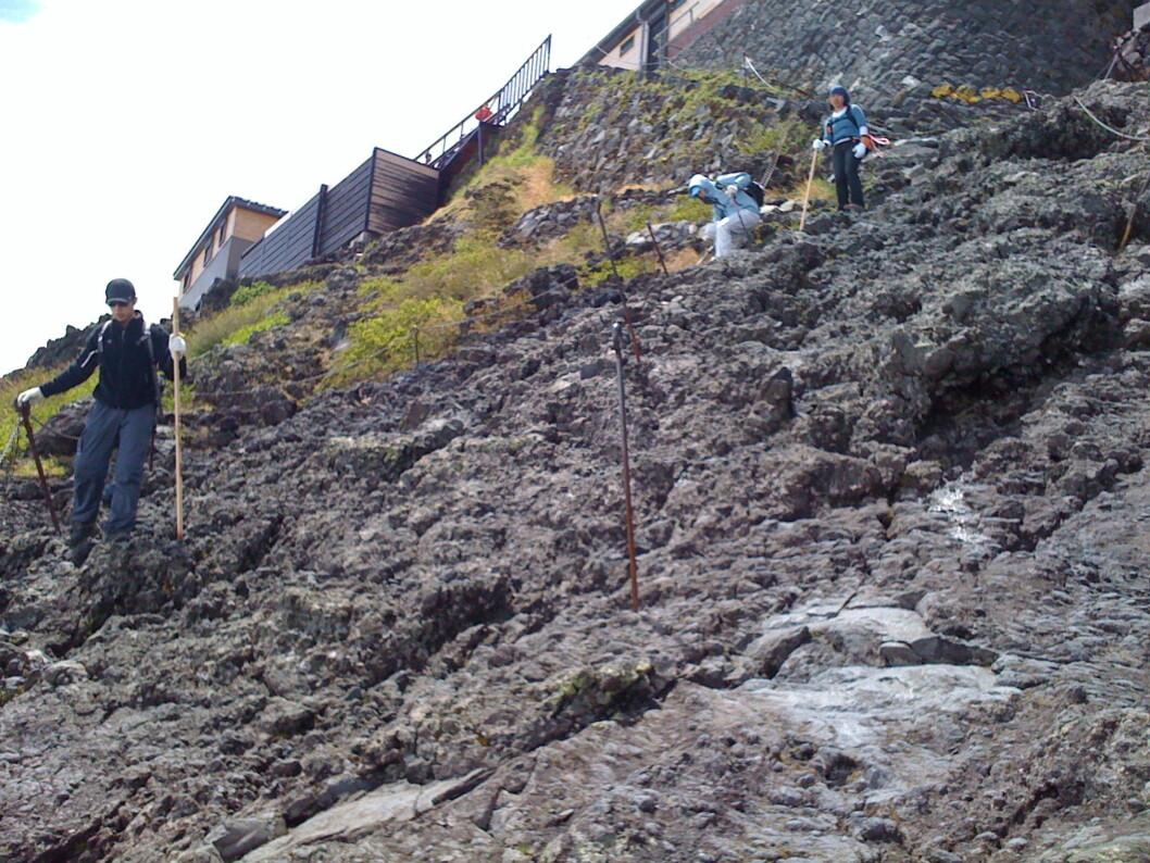 <strong><b>Tungt ned:</strong> </b>Mange kilometer av stien besto av en slik steinur med vulkanblokker. Tungt å gå nedover!