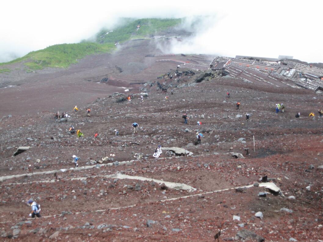 <b>En hær av selvoppoftelse</b> 300.000 mennesker forsøker seg hvert år på å bestige Fuji.
