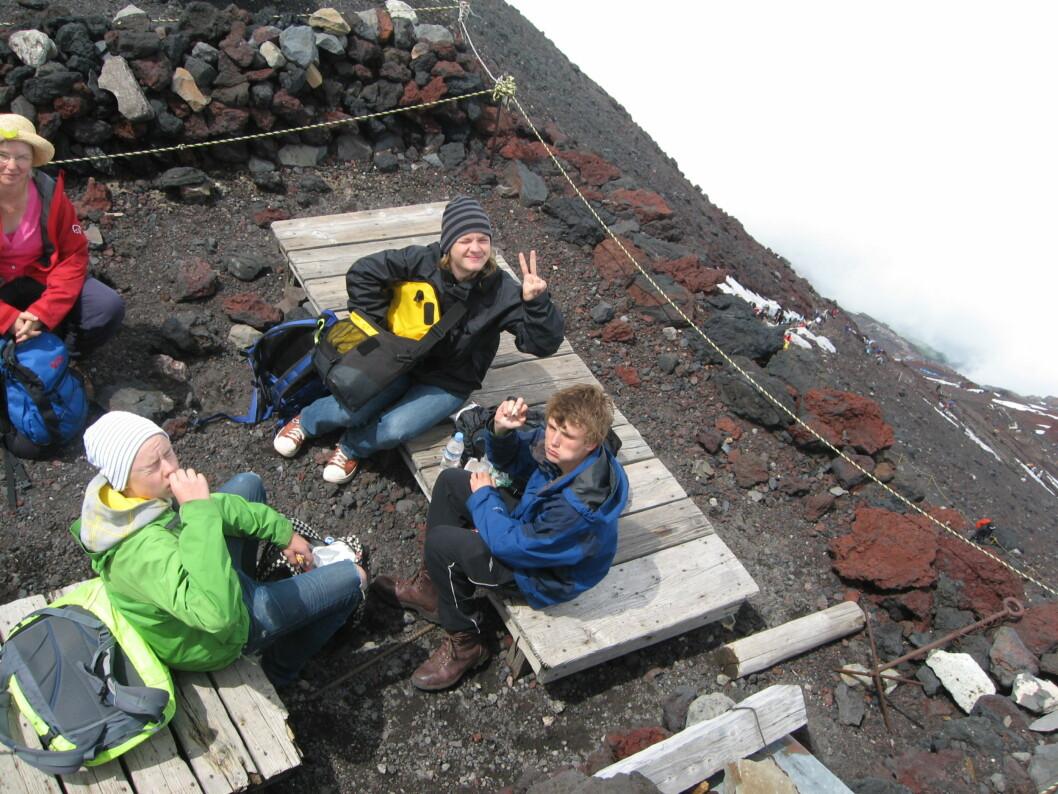 <strong><b>Toppen:</strong> </b>Vi nyter litt mat og drikke på kraterkanten.