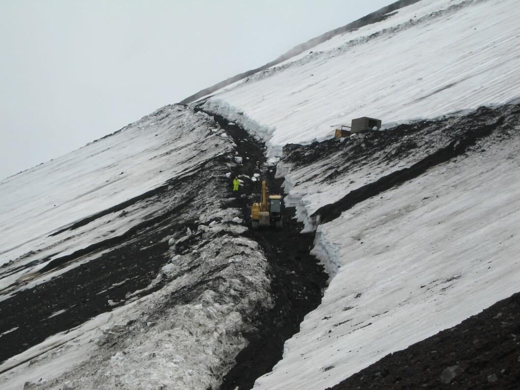 <strong><b>Infrastruktur:</strong> </B> Ved siden av stien brøytes det en kjørevei gjennom snøen for transport av brusautomater og septiktanker.