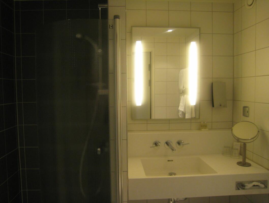Baderommet var mer enn stort nok, og med nye fliser. Minus for skitne speil.  Foto: Elisabeth Dalseg