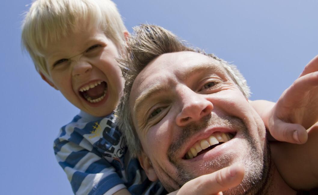 <strong>Kanskje det er den ekstra familietiden man gjerne får på søndager som gjør oss ekstra lykkelige da? Foto:</strong> colourbox.com