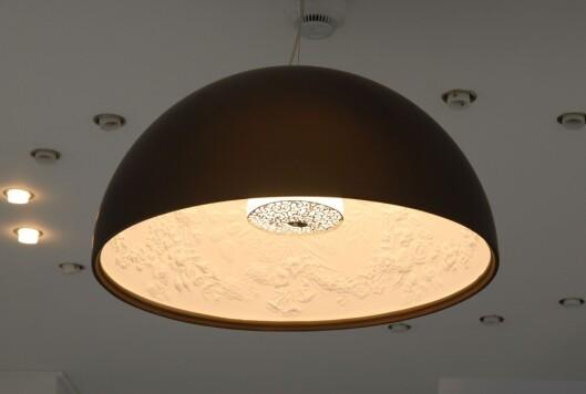Belysningseksperten kvier for å putte sparepærer i designerlampene sine. (Denne er av Marcel Wanders for Flos.) Foto: Lauritz.com