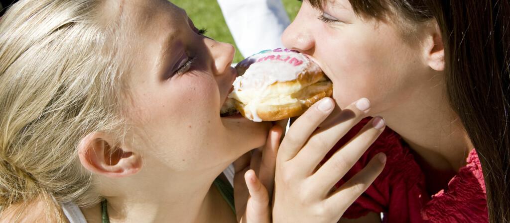 Normalvektige spiser mindre når de spiser sammen med andre, enn det overvektige gjør.  Foto: Colourbox.com