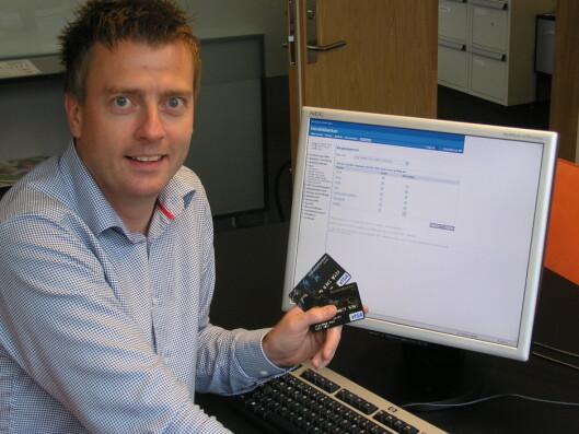 Sigbjørn Hoff i Handelsbanken demonstrerer hvordan du selv kan sperre kortene dine for bruk i utlandet.