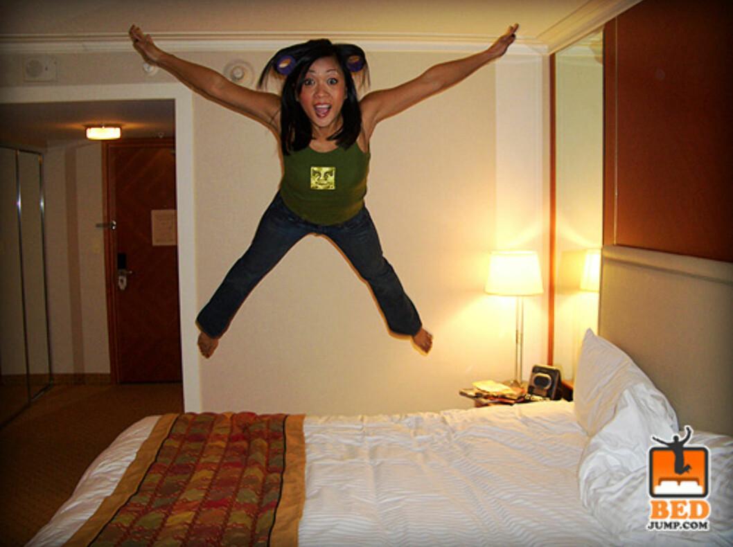 Denne blide damen var veldig begeistret for den deilige hotellsengen. Foto: www.bedjump.com
