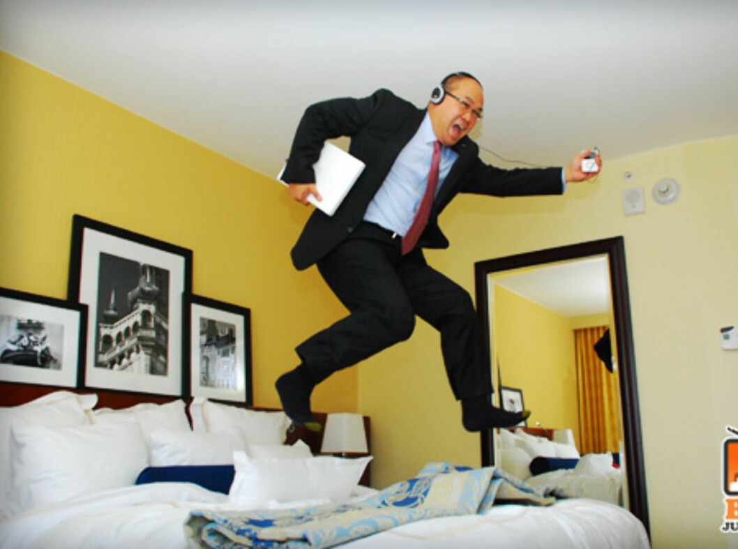 Det kan være kjedelig på forretningsreise, men denne mannen vet å underholde seg selv. Foto: www.bedjump.com