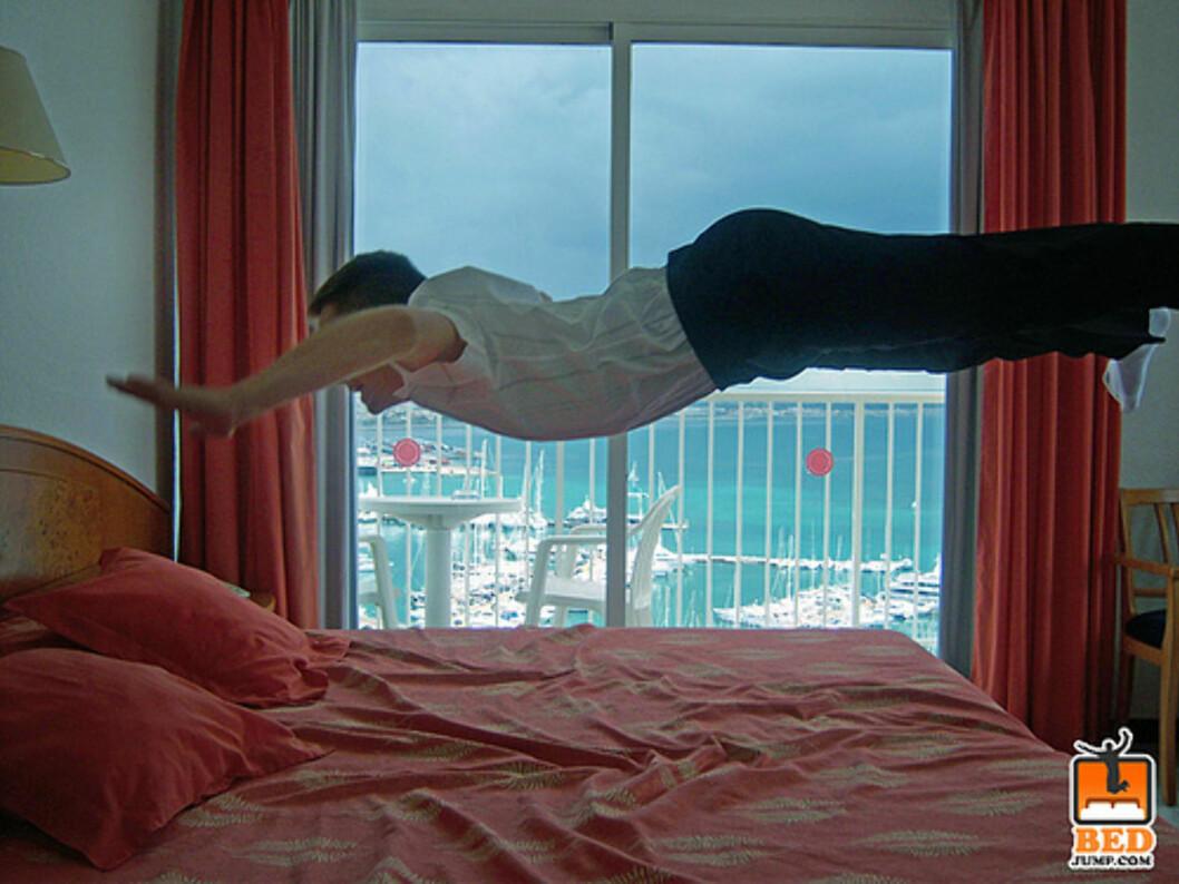 <strong>Kanskje han varmer opp før han skal imponere med svalestup i havet utenfor etterpå? Foto:</strong> www.bedjump.com