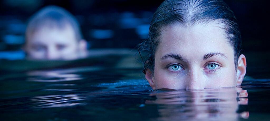 <b>Kveldsbadere</b> Fotografen skriver: To venner av meg, Maria og Dag, tar eit kveldsbad i ein elvekulp. Bildet er tatt i Vindafjord. Foto: Espen Mills