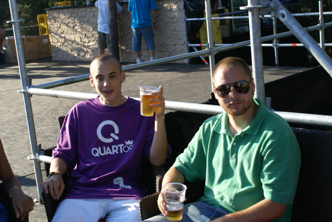 DJ Cake og artistansvarlig Seth Raknes koste seg med sol og øl.