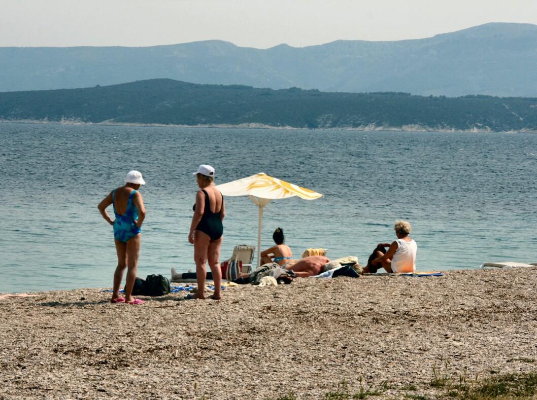Badegjestene koser seg på Zlatni Rat. I sommersesongen kan det bli ganske fullt her. Foto: Stine Okkelmo