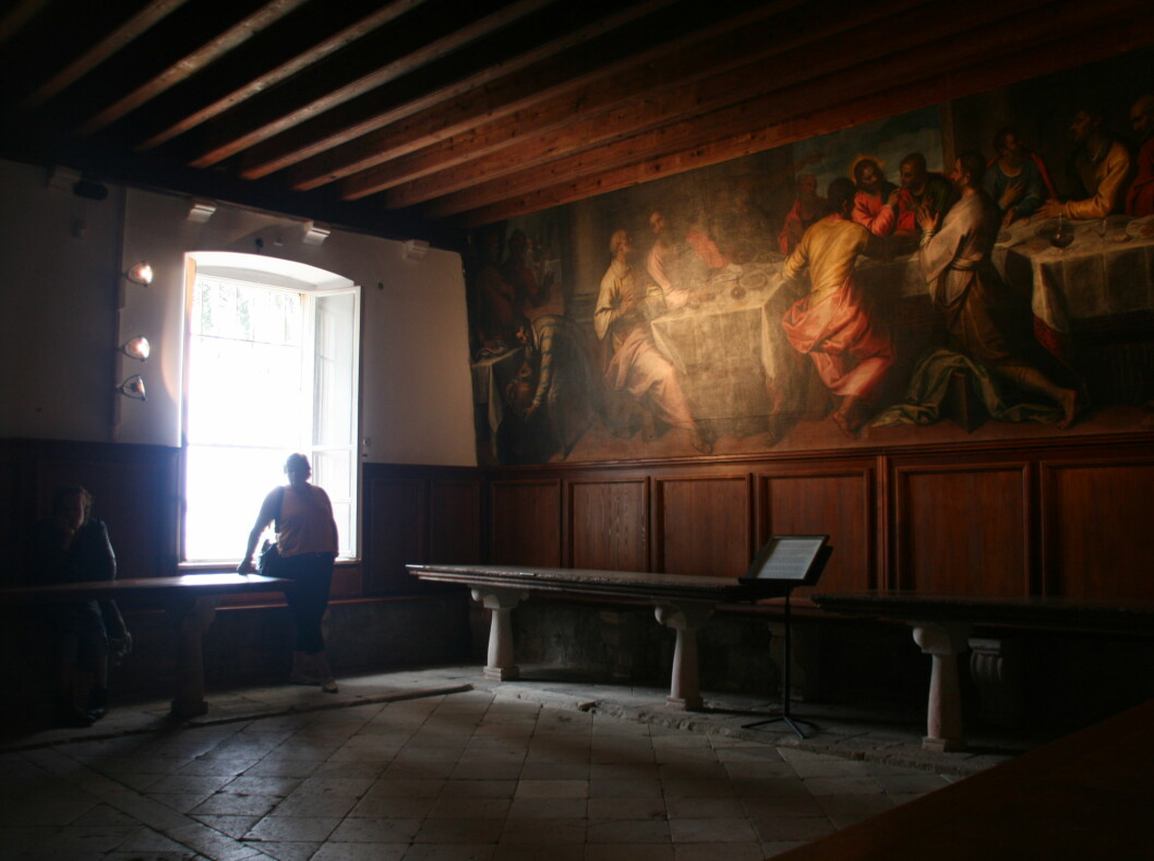 Inne i klosteret venter en kunstopplevelse. Foto: Stine Okkelmo