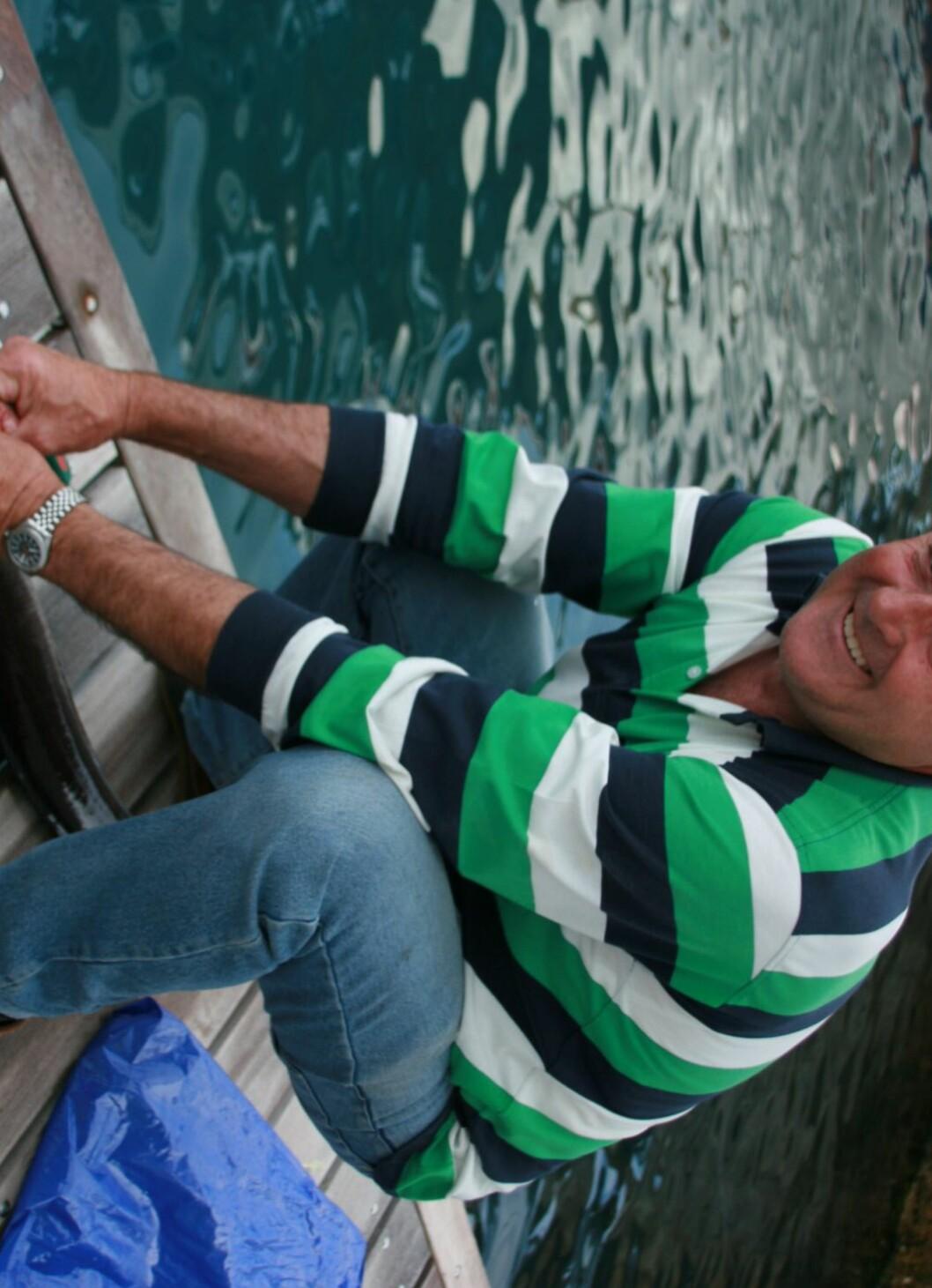Fiskeren Peter sløyer dagens fangst på brygga i Makarska. Foto: Stine Okkelmo