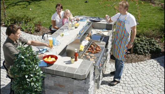 Familien Eskelund i Horten er samlet rundt det ferdige utekjøkkenet. <i>Foto: Sundance</i>