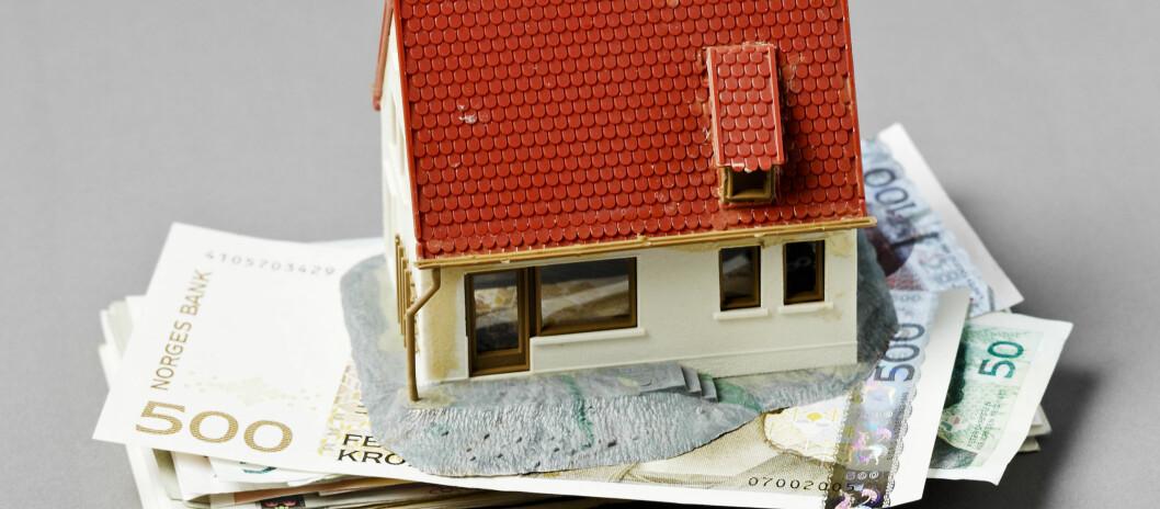 Mange nordmenn sparer nå i boligen ved å nedbetale gjeld. Foto: Colourbox.com