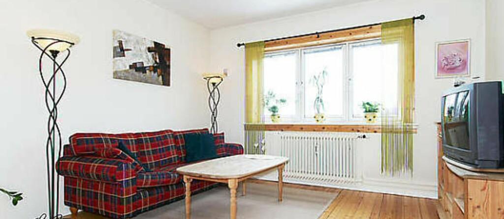 Stuen i leiligheten var kun opplyst med frittstående lyskilder. Foto: Finn.no