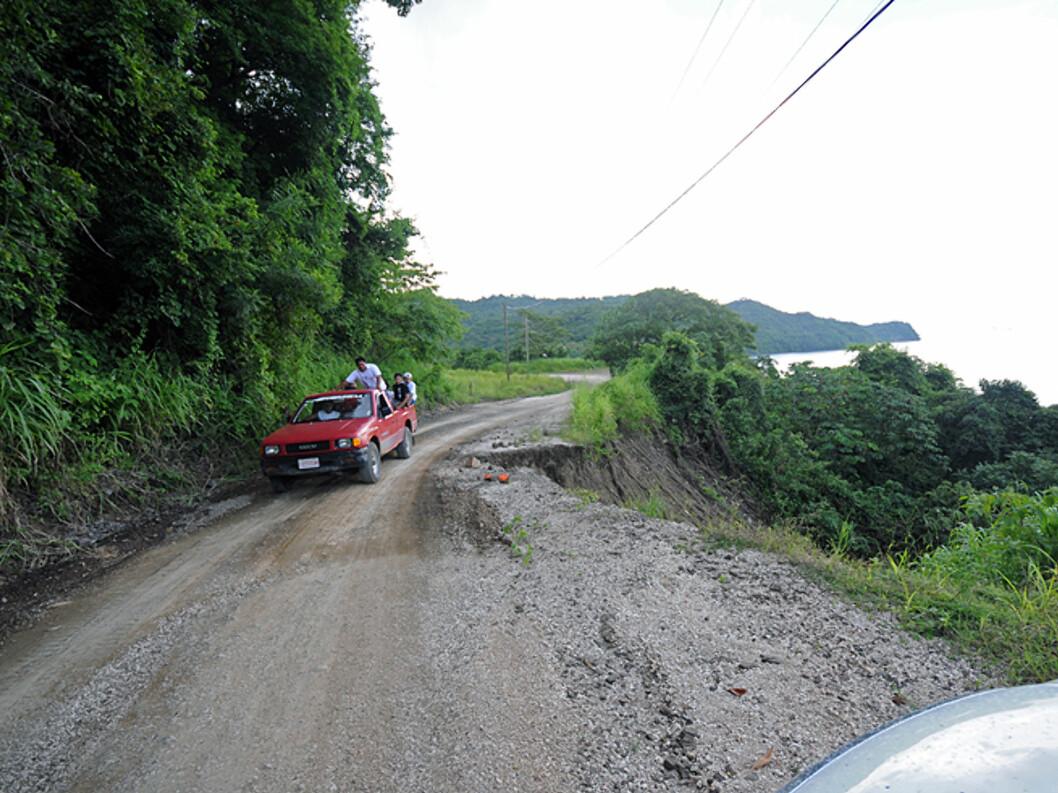 Pass deg for hull i veien. Noen steder er det noen meter ned på siden, andre steder er det et par hundre...