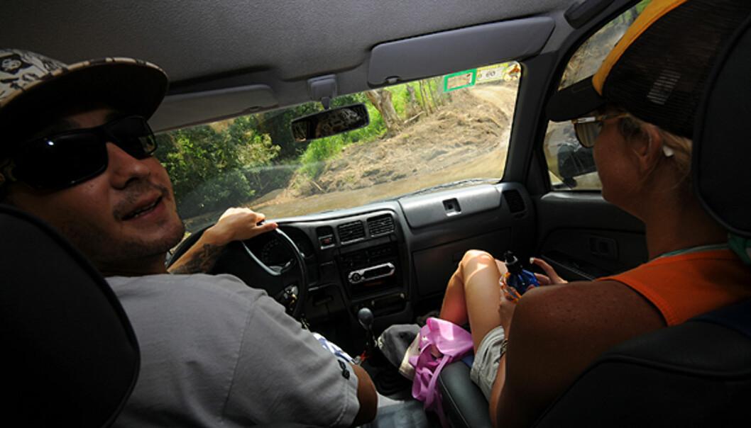 Brett redder meg ut av et elveleie og forteller meg noen sannheter om trafikken i Costa Rica. Foto: Hans Kristian Krogh-Hanssen