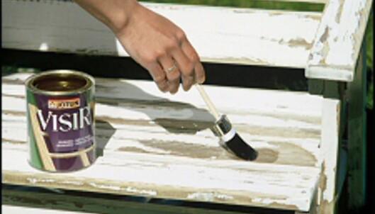 Har du skrapet av maling helt inn til treet bør du behandle tremøblene med spesialprodukter som impregnerer treet før du grunner. <i>Foto: www.ifi.no</i>