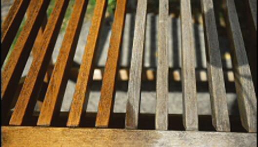 Stolrygg i teak, med og uten olje. <i>Foto: www.ifi.no</i>