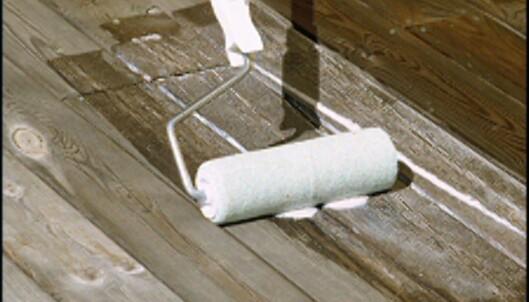 Spesialprodukter påføres trykkimpregnert tre med pensel eller rulle. <i>Foto: www.ifi.no</i>