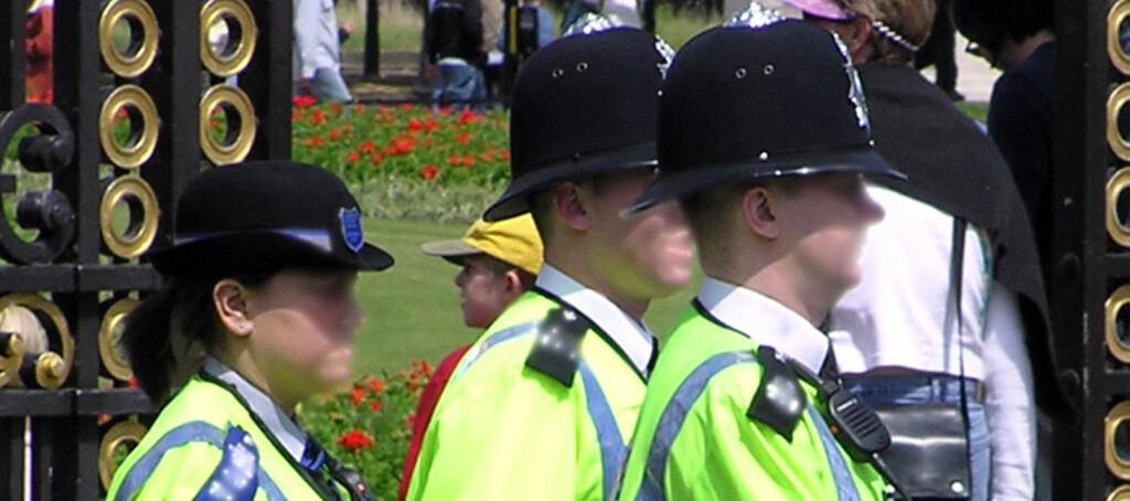 Det er ikke lenger greit å knipse bilder av politi i England - selv om de med sine hatter har vært en turistattraksjon. Foto: wikicommons