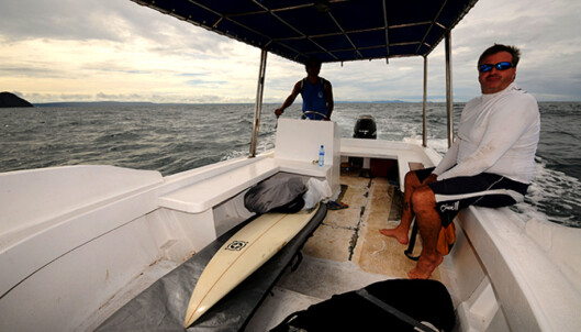 Det er bedre å ferdes med båt enn bil i Costa Rica. Her på vei ut til en liten hemmelighet med John Clarke. Foto: Hans Kristian Krogh-Hanssen