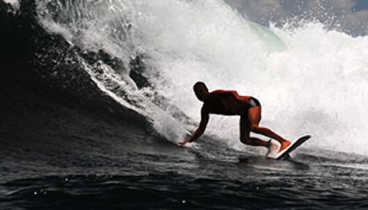 En ukjent surfer koser seg med bølgene i det vi forlater Johns lille hemmelighet. Foto: Hans Kristian Krogh-Hanssen