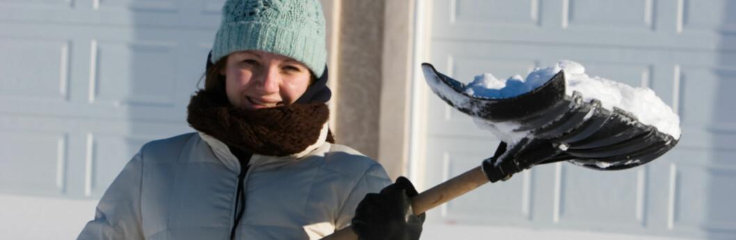 Sjekk at det ikke har lagt seg for mye snø på taket, når du likevel er ute og måker innkjørselen. Foto: ISTOCKPHOTO.COM