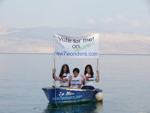 Kampanjen for de forskjellige underverkene benyttes også til fredsmarkeringer og annet. Her er tre barn, fra Israel, Jordan og Palestina igang med en kampanje for Dødehavet nær feriestedet Eid Gedi. Foto: New7wonders.com