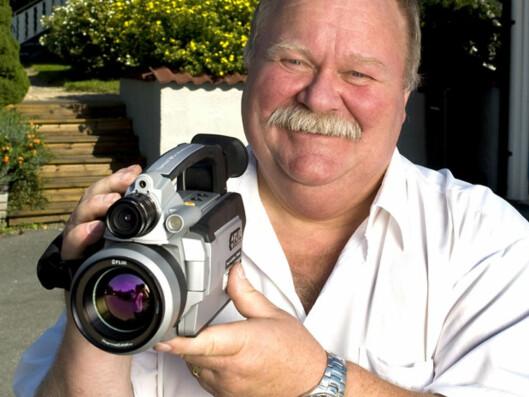 Karl H. Grimnes viser frem kameraet som kan brukes til termografering. Foto: Svein Brimi