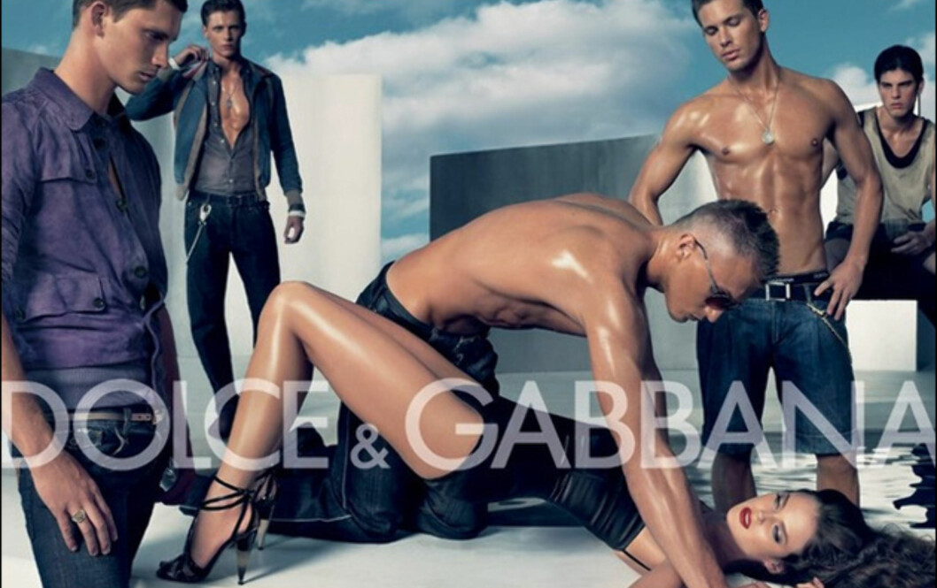 Motehuset Dolce&Gabbana har hatt en serie med reklamer som har vekt oppsikt. Tidligere i år ble en av deres reklamekampanjer stoppet, etter kritikk om at den oppfordret til gruppevoldtekt. I Spania og Italia var protestene ekstra store.Som du kan se av bildet over, består reklamebildet av en lettkledd mann som ser ut til å holde en kvinne nede. Rundt ham står flere lettkledde gutter.  Foto: DG