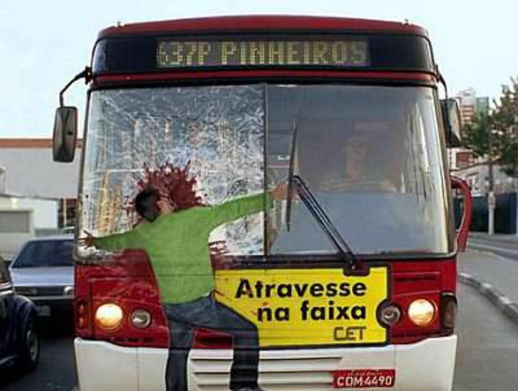 Det er kanskje ikke lett å få fram budskapet om å være forsiktig i trafikken. I Brasil gjør de det på denne måten.