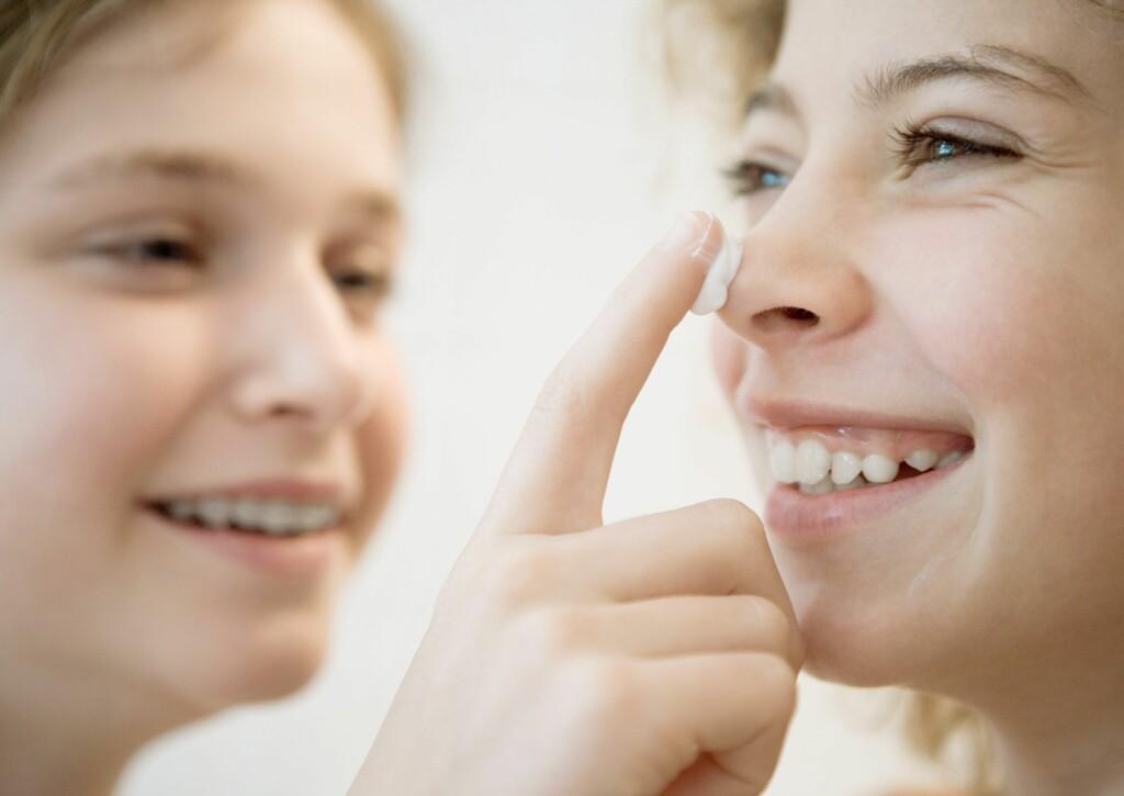 Ikke vask ansiktet, og smør i god tid før barna skal ut. Foto: Colourbox