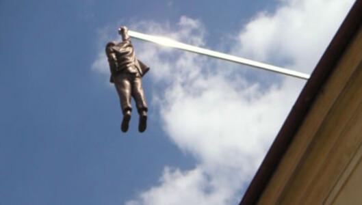 David Černýs skulptur av en hengende mann i Praha. Foto: Wikipedia