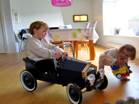 Anna og Otto Nordraak leker gjerne sammen med biler. Foto: Maren Synnevåg/DinSide