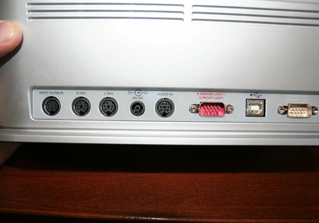 Alle tilkoplingene gjøres på baksiden av hovedlysboksen, og det blir MYE ledninger.