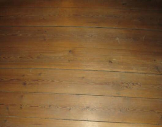 Slik ser gulvet ut i dag. Kan det lutes? Foto: Privat