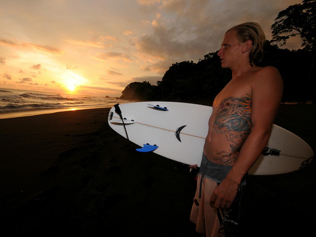 Bølgene i Costa Rica er i verdensklasse. - De mest pålitelige bølgene finner du her på playa Hermosa, sier Shawn Thompson. Han er amerikansk og har flyttet til Stillehavskysten for å starte surfeopplæring for turister.   Foto: Hans Krisitan Krogh-Hanssen