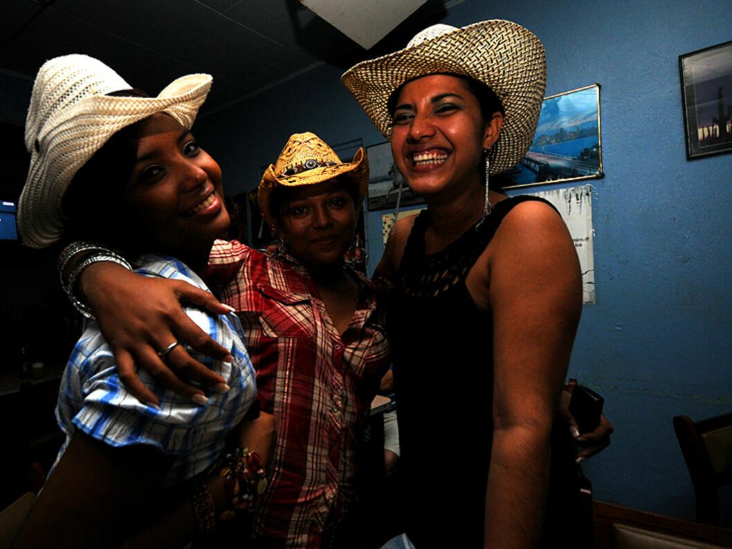 Tre <i>ticas</i> i landsbyen Tilarán. Dette er hovedsetet for cowboy, eller <i>sabanero</i>-kulturen i staten Guanacaste nord i landet.  Foto: Hans Kristian Krogh-Hanssen