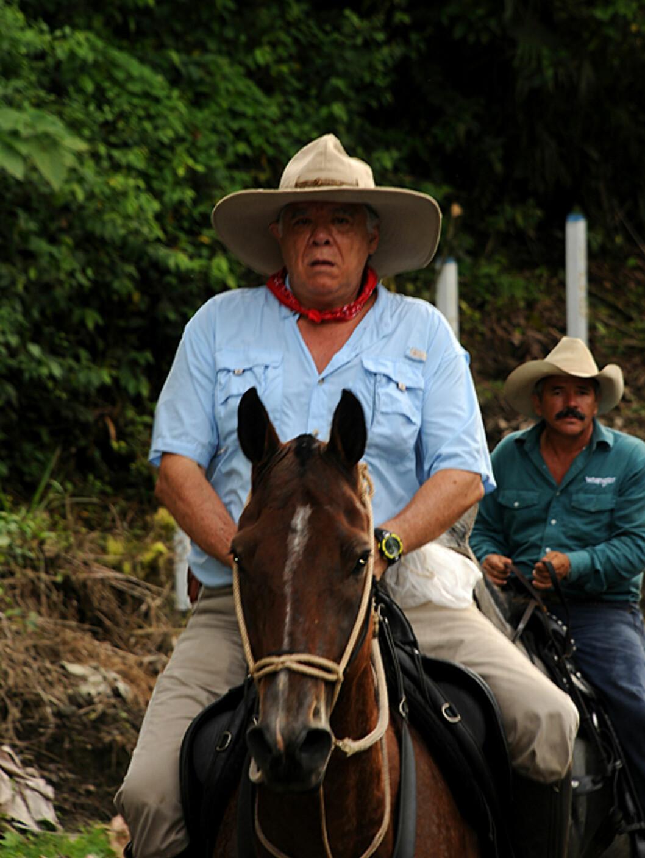 To <i>Sabaneros</i> i La Fortuna. Kjent for sine praktfulle hester, rir mange av dem stolte rundt på veiene med et litt amerikansk preg over seg.  Foto: Hans Kristian Krogh-Hanssen