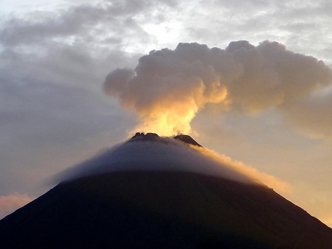 Arenal er en av verdens mest aktive vulkaner. Den sees best ved solnedgang og etter mørke, da glødende lava kan velte nedover siden på fjellet.  Foto: Hans Kristian Krogh-Hanssen