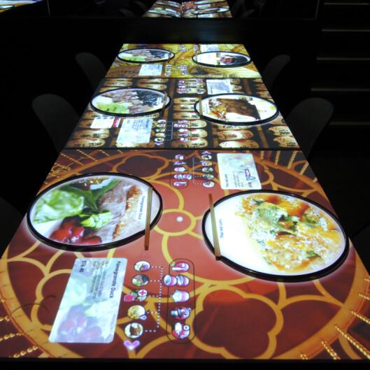 På Inamo kan du til og med velge hvilket mønster du vil ha på bordet ditt. Foto: Inamo