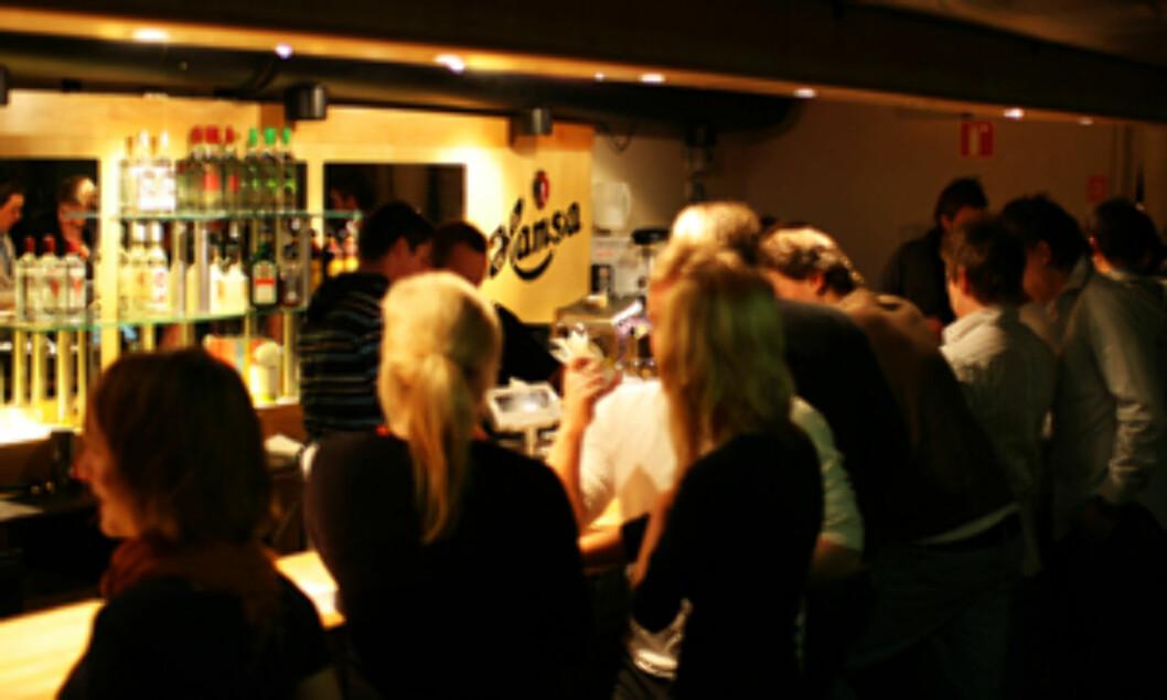 <strong><b>Campus bar:</strong></b> I kjelleren på NHH i Bergen får du pilsen til 25 kr. Foto: NHHS