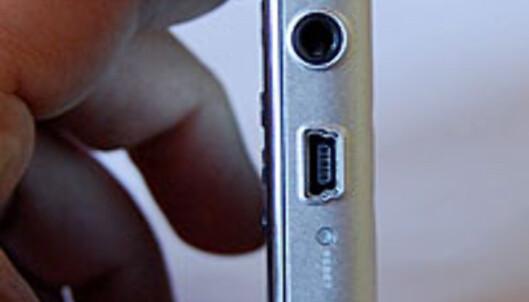 Zen X-fi kobles til PCen og lades via en standard USB-kabel. Det er et stort pluss.