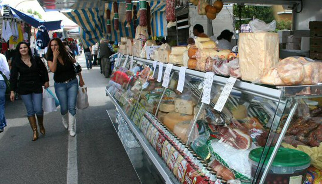 Torsdag er markedsdag i Terracina. Markedet er et av Lazioregionens største og strekker seg nesten en kilometer langs veien Viale Europa. Her får du kjøpt alt fra klær og sko til grønnsaker, ost og skinke. Prisene er faste og svært lave, så du trenger ikke prute. Foto: Elin Fugelsnes