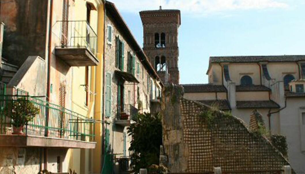 Terracinas gamleby er et lappverk av gammelt og nytt tett i tett. Her finner du mer moderne hus bygd inntil eller oppå romerske ruiner. Det er en miks av utlendinger, blant annet noen nordmenn, og italienere som eier de mange sjarmerende leilighetene i gamlebyen. Terracina har rundt 40.000 innbyggere, men på sommeren tredobles antallet når feriegjester fra Roma og Nord-Italia kommer for å ta i bruk feriehusene sine. Skandinaver er også godt representert i kystbyen. Foto: Elin Fugelsnes