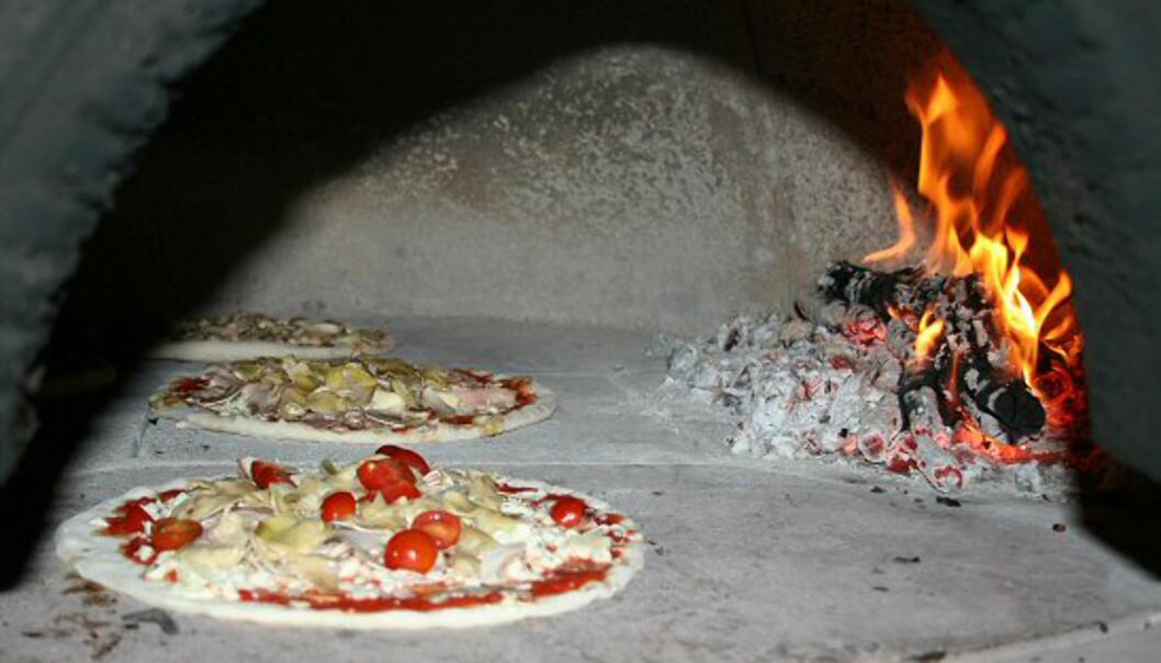 Noen få minutter etter at pizzaene settes inn i bakerovnen, er de klare til å nytes. Foto: Elin Fugelsnes