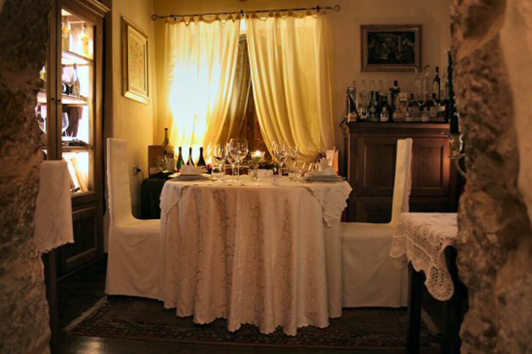 Er du i det romantiske hjørnet, kan du bestille et eget rom på St. Patrick's. For 40 Euro (ca 320 kr) får dere stearinlys, blonder og hvit duk, og et lite ring med bjellen er alt som skal til for at servitøren kommer. Foto: Elin Fugelsnes