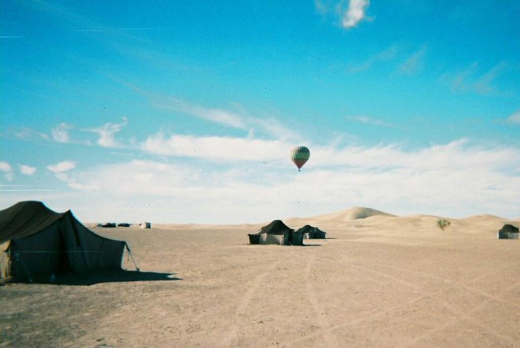 En luftballong kom seilende over ørkenen. Forhåpentligvis hadde de nok drivstoff til å komme seg tilbake til sivilisasjonen. Foto: Håkon Jarle Sveen